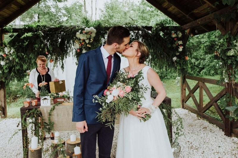 całująca się para rustykalny ślub w altanie
