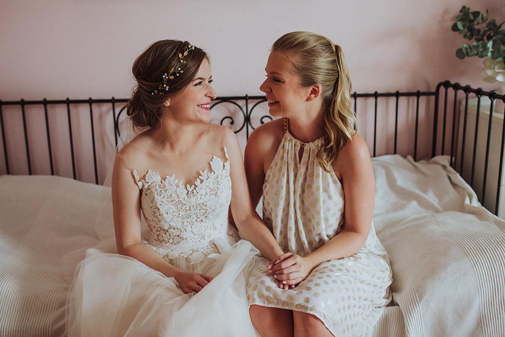 dwie siostry na łóżku przygotowania ślubne częstochowa